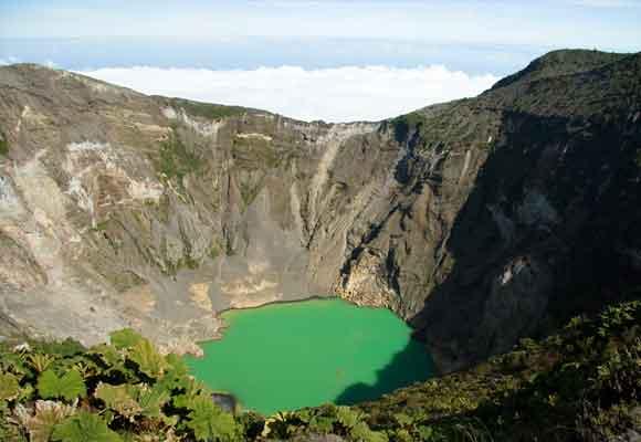 Las rutas en bici llevan hasta alturas como desde la que se divisa el volcán Irazu