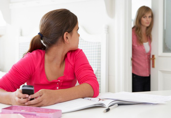 Dar ódenes no suele ser la mejor 'técnica' para que los hijos nos hagan caso