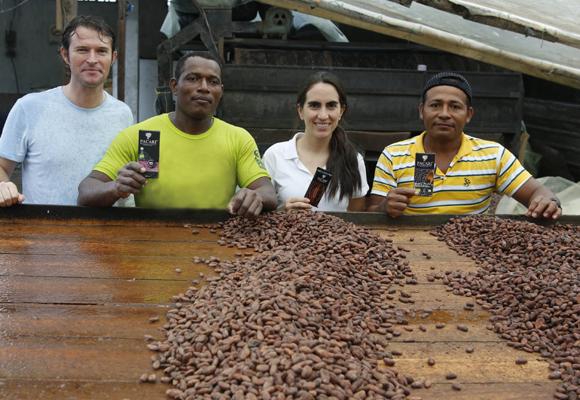 Santiago Peralta y Carla Barboto en su campo de cacao