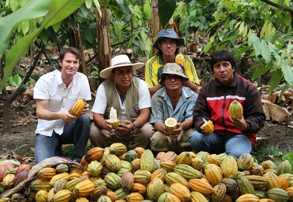 Santiago Peralta junto a sus trabajadores en Ecuador