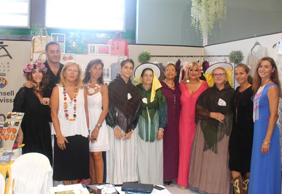 Martha Díaz junto a algunos diseñadores Adlib como Evitaloquepuedas (a la derecha)