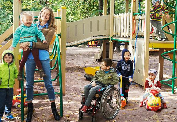Natalia junto a niños a los que ayuda su fundación