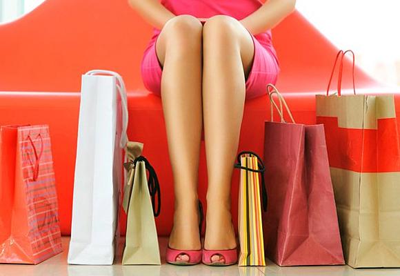 Mujer sectada y bolsas de commpra