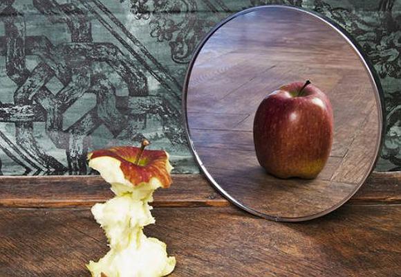 Manzana y espejo