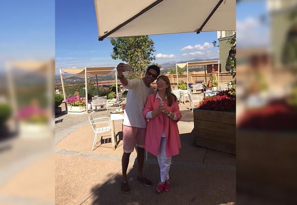 Oscar Higares y Amalia selfie meta
