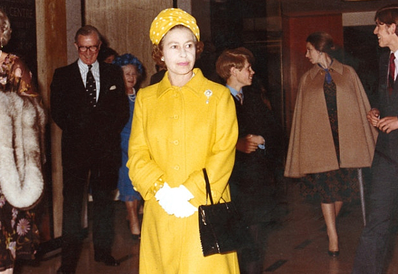 The Queen in 1977 wearing an Hardy Amies coat