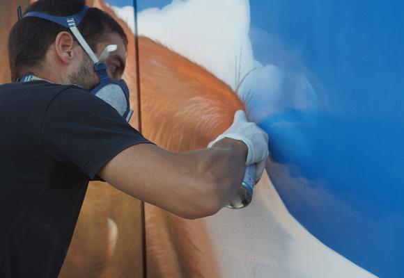 el grafitero Jerom con un podenco ibicenco