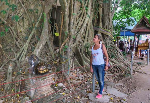 Nuestra colaboradora en la entrada al templo de Wat Bang Kung