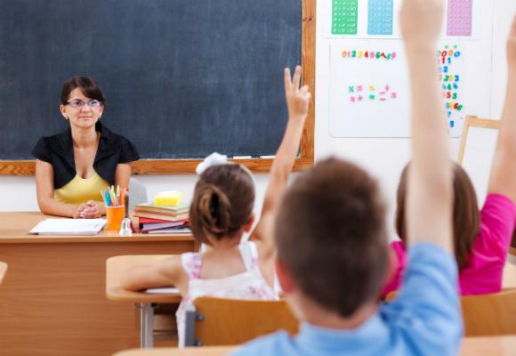 niños escuela profesor