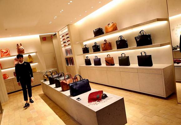 loewe-tienda-madrid-interior-bolsos