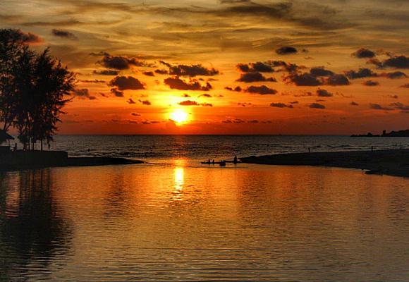 koh-chang-ofrece-la-posibilidad-de-entrar-al-anochecer-en-los-manglares-de-las-luciernagas