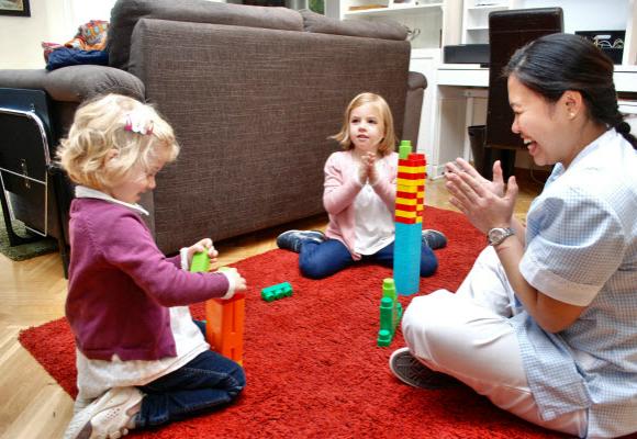 cuidadora jugando niños