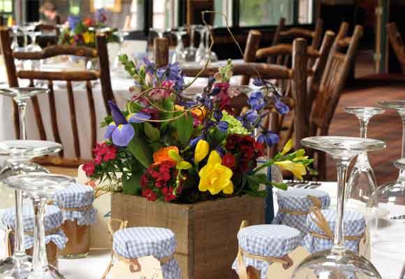 7 Una caja de madera con iris, fresias, claveles del poeta y bocas de dragón para un centro de mesa campestre. Foto de Daria Bishop