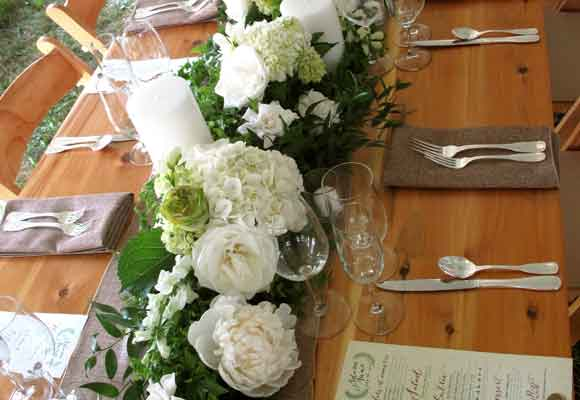5 y 6 Mesa con peonías, rosas, gardenias y bocas de dragón con follaje. Foto de Alison Ellis