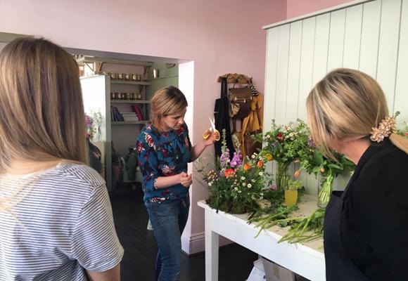 Demostración de arreglo campestre en un taller en el estudio de Leafy Couture. Fotografia Jane Beadnell