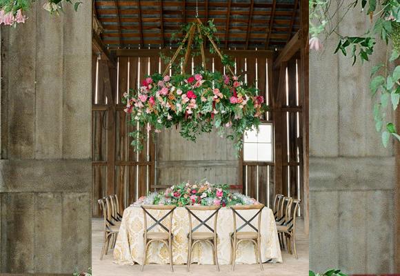Espectacular decoración floral de Holly Chapple en Hope Flower Farm. Fotografía Jodi & Kurt Photography