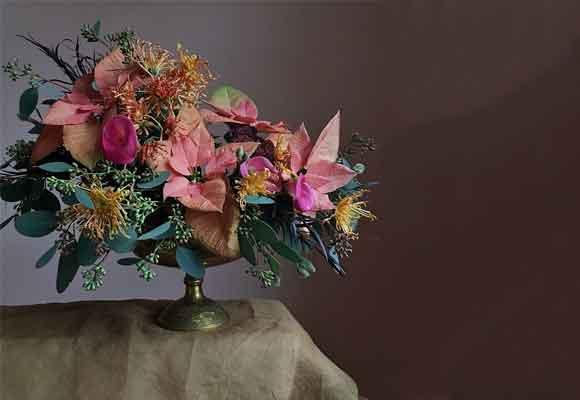 Cerca de Navidad, las flores coronas del Inca la inspiraron para este diseño. Fotografía Christin Geall
