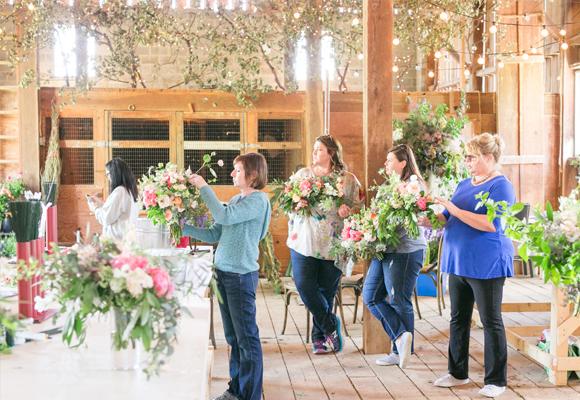 No hay que ser una florista profesional para inscribirse a los talleres de Holly. Fotografía Jodi & Kurt Photography
