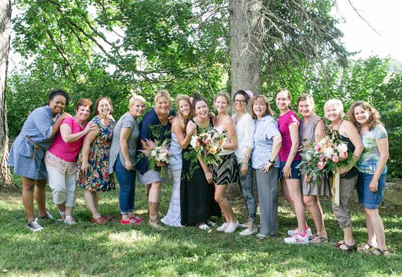 Holly Chapple (de azul) al término de un taller con sus alumnas en Hope Flower Farm. Fotografía Jodi Miller