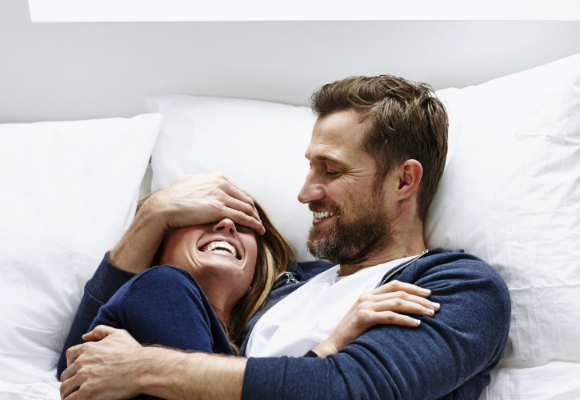 pareja risas amor
