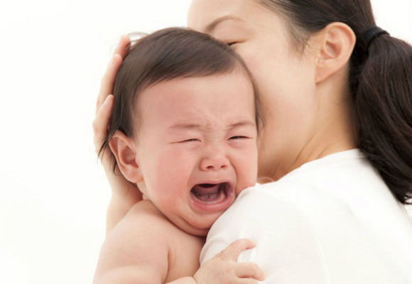niño llorando cuidadora