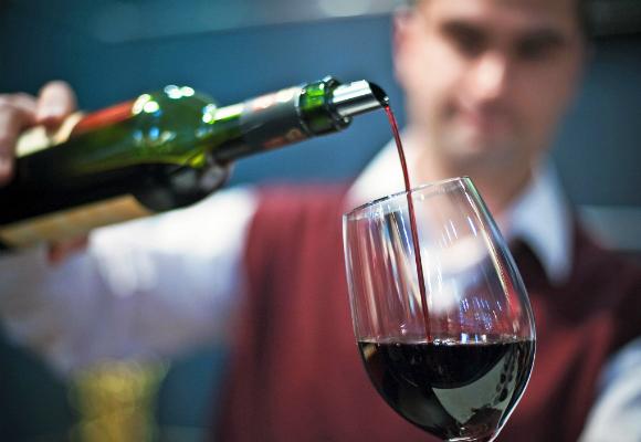 tomar vino tinto