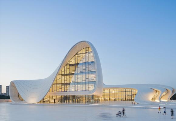 Las sinuosas curvas del edificio conquistan al visitante