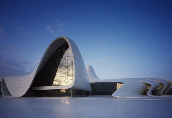Impresiona el diseño del edificio tanto de día como de noche