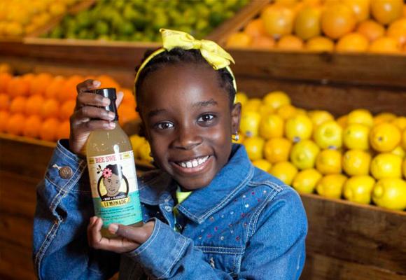 Mikaila dona parte de sus ventas a la conservación de las abejas