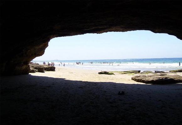 Sentir el murmullo del mar desde dentro de la cueva es espectacular