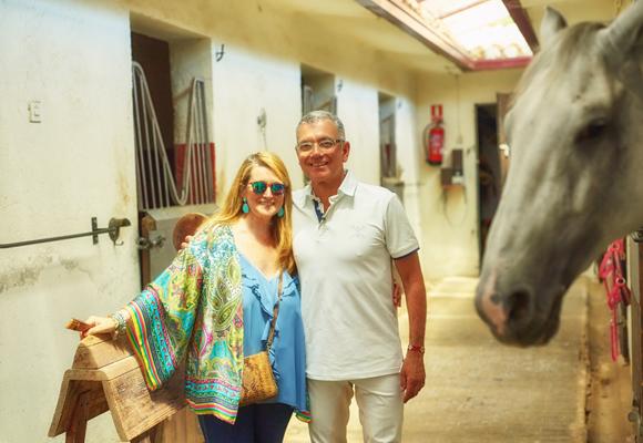 Juan Ramón ama a los caballos. En la foto, con nuestra colaboradora Amalia Enríquez