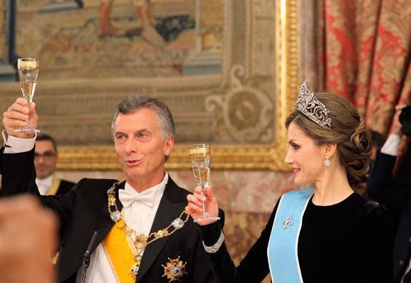 Doña Letizia no abusó de los complementos, dando protagonismo a su tiara