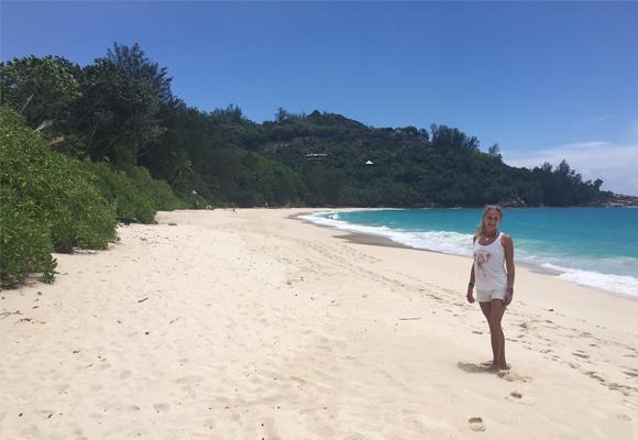 Carla en la paradisíaca playa de Banyan Tree