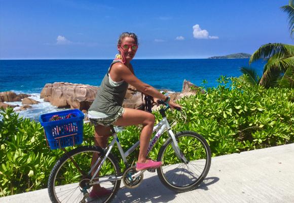 Carla, feliz, en bicicleta por