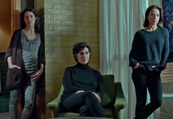 Es una historia de mujeres, de tres hermanas fuertes interpretadas por Patricia López, Elvira Mínguez y Marta Etura