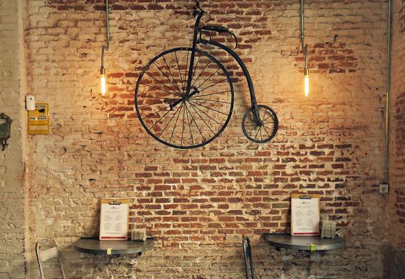 Detalles como la bicicleta dan un toque intimista al local