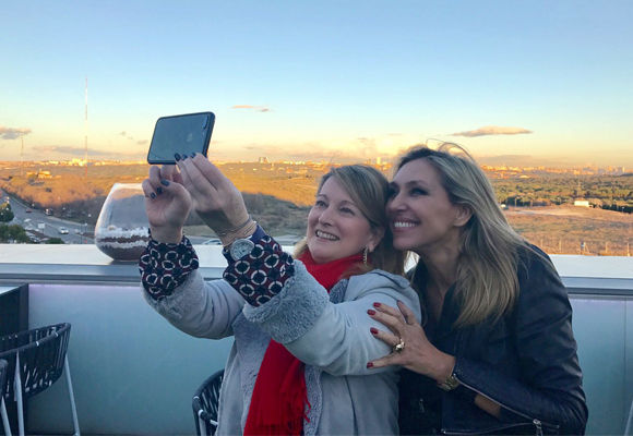 Así se hizo el selfie de Marta y nuestra colaboradora Amalia Enríquez